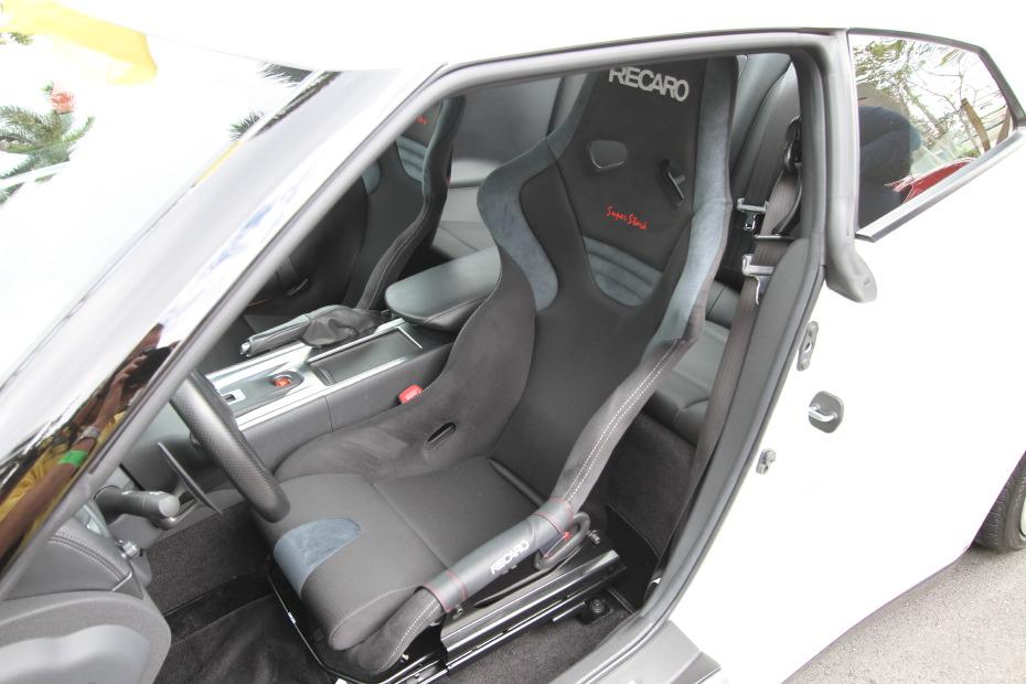 nissan-gtr-white-recaro-seats.JPG