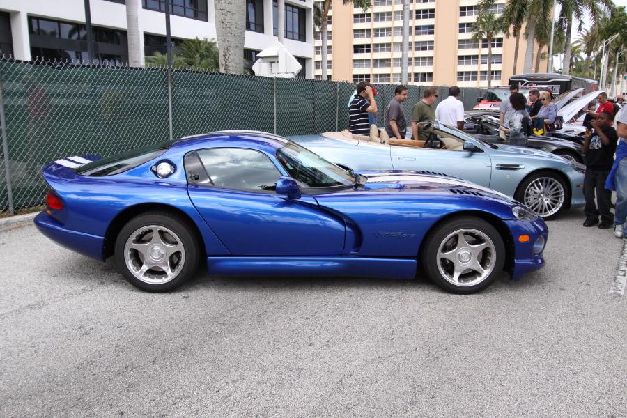 1996-Dodge-Viper-GTS-Blue-White-Stripes-side.JPG