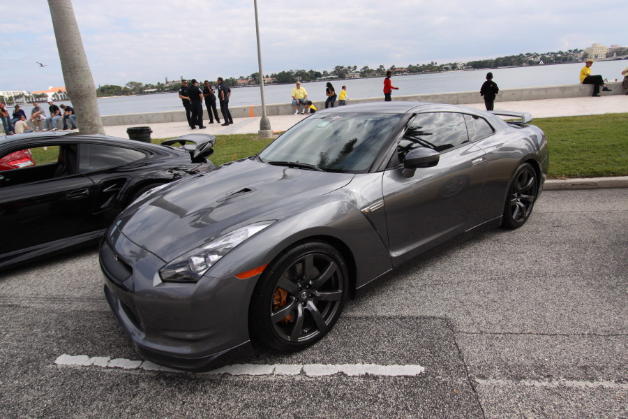 2009-Nissan-GT-R-Grey-quarter-view.JPG