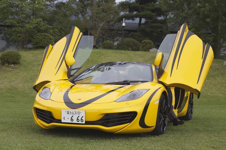 2013 mclaren mp4 12c spider volcano yellow black stripes drag racing fast cars. Black Bedroom Furniture Sets. Home Design Ideas