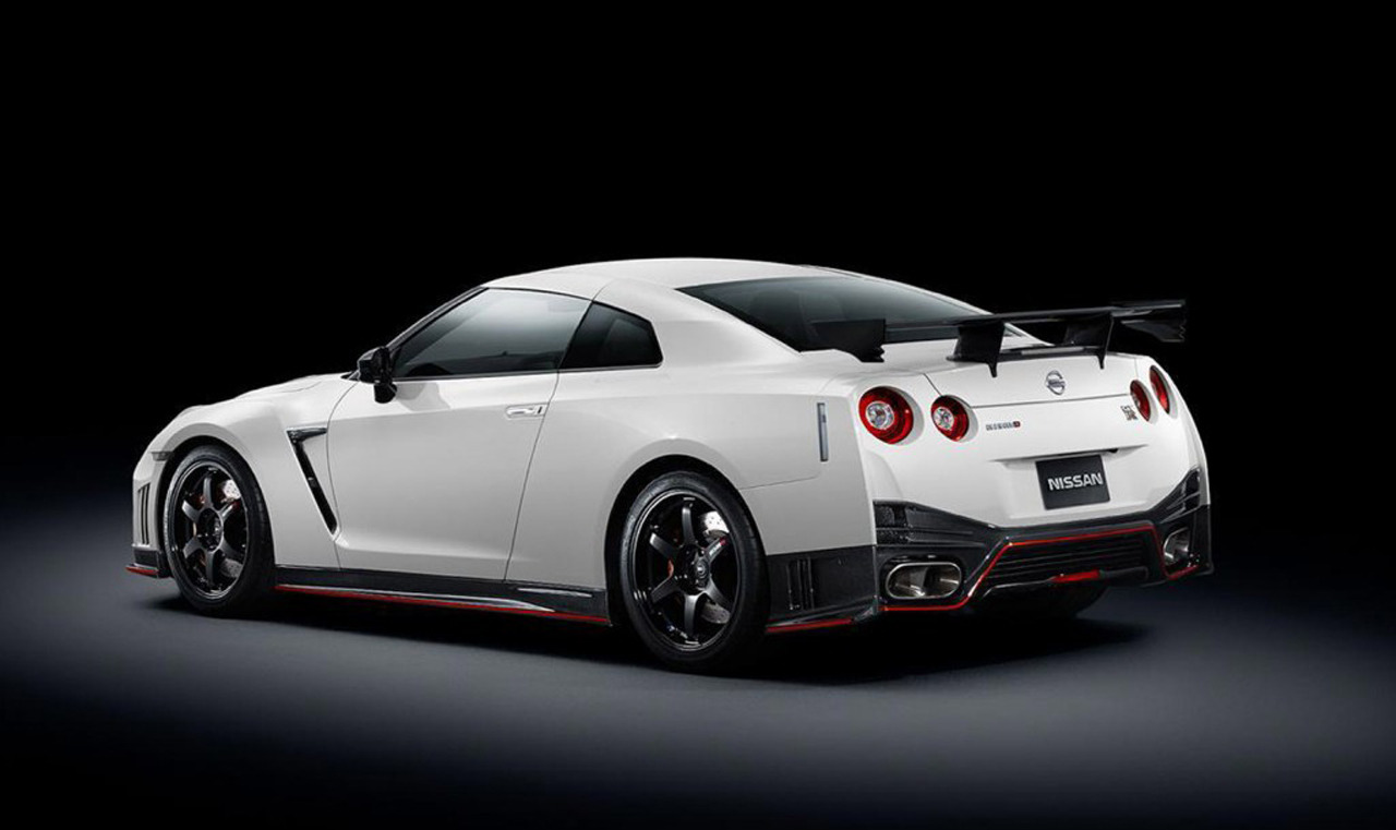 2015 nissan gt r nismo larger turbos and 595 horsepower drag racing fast cars. Black Bedroom Furniture Sets. Home Design Ideas