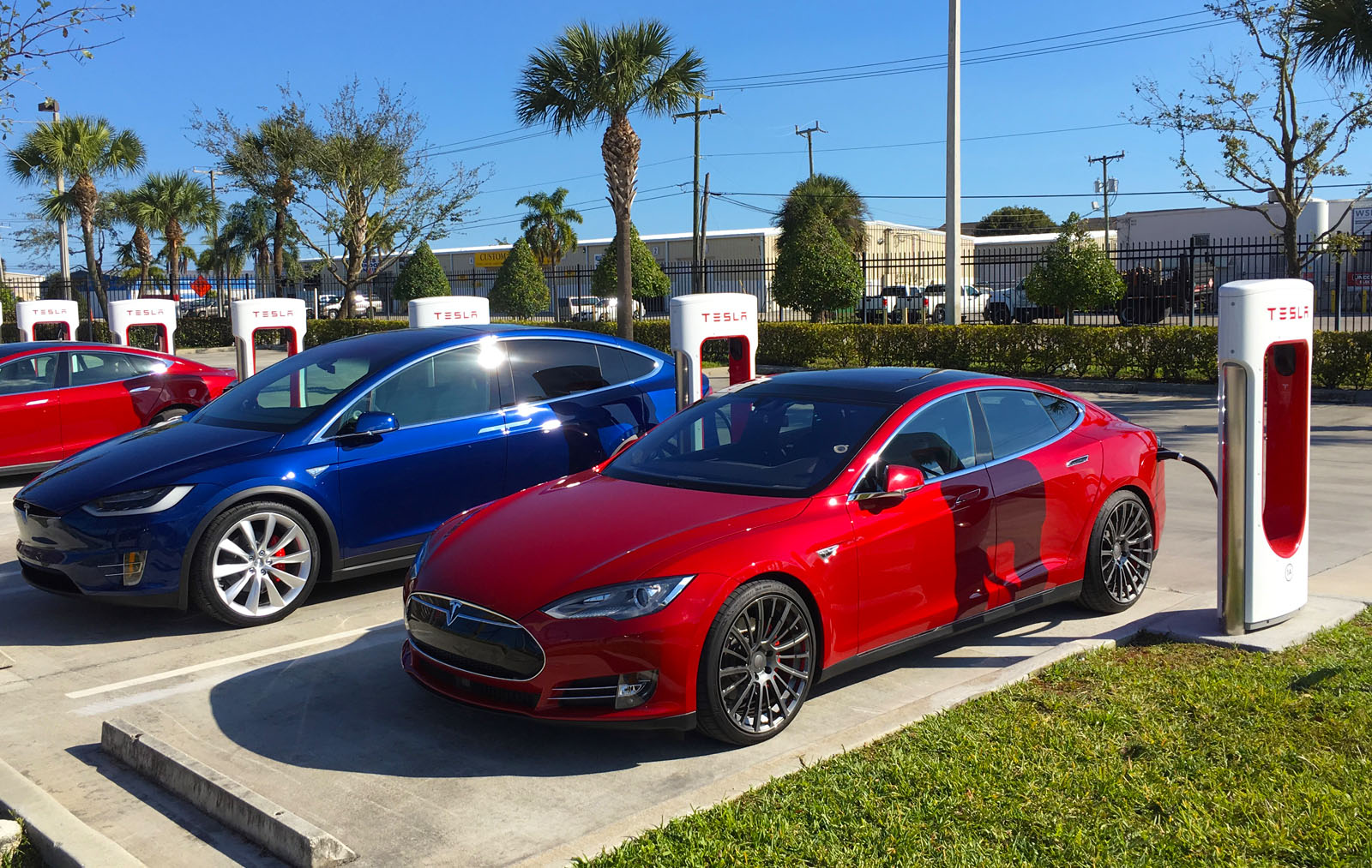 Tesla-Model-X-Model-S-supercharging