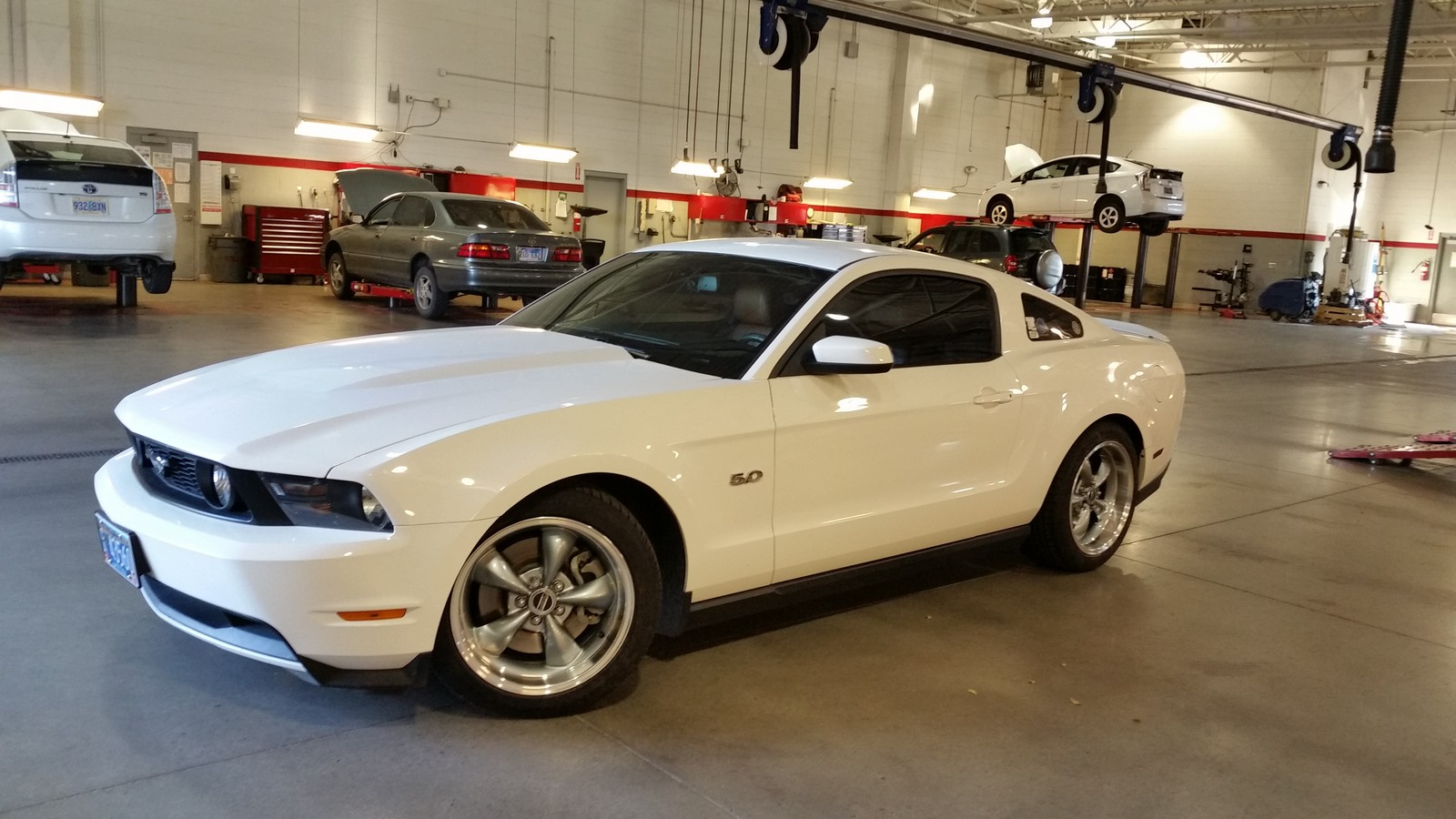 Performance white 2012 ford mustang gt