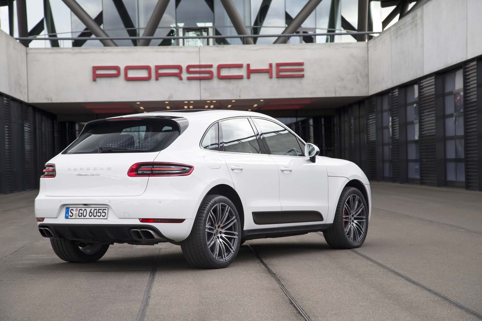 stock 2015 porsche macan turbo 1/4 mile trap speeds 0-60