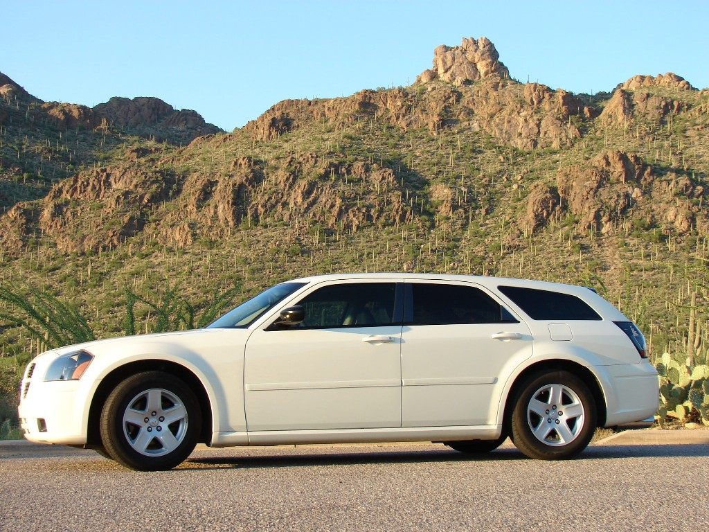 2005  Dodge Magnum SXT RWD picture, mods, upgrades